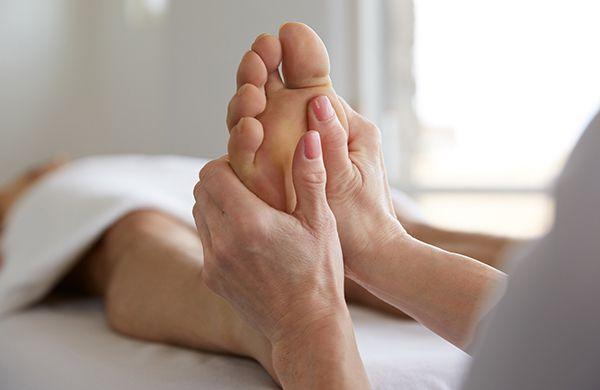 आँखों की रोशनी - foot massage - आँखों की रोशनी और नजर तेज करने के तरीके – चश्मा उतारने के घरेलू नुस्खे