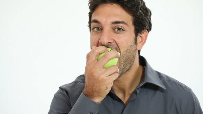 - eating food e1534079996706 - बालों का झड़ना रोककर, बालों को तेज़ी से लंबा करेंगे ये प्राकृतिक घरेलु नुस्खे