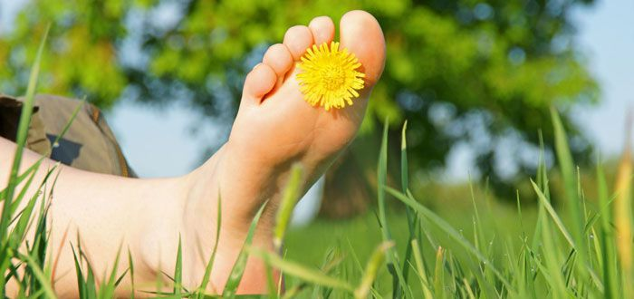 Walking-Barefeet-On-Grass-Spa-Foot-Massage-For-Free_ft