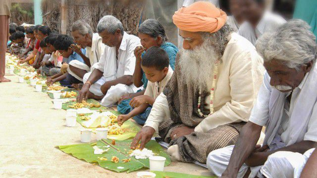 आयुर्वेद के नियम - sadhguru eating with village folk mind your food 640x360 - आयुर्वेद के नियम – Ayurveda Tips For Healthy Life