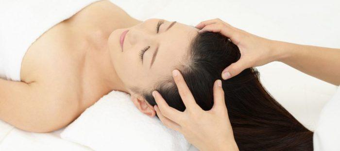 - scalp massage 986x438 e1534527629424 - बालों का झड़ना रोककर, बालों को तेज़ी से लंबा करेंगे ये प्राकृतिक घरेलु नुस्खे