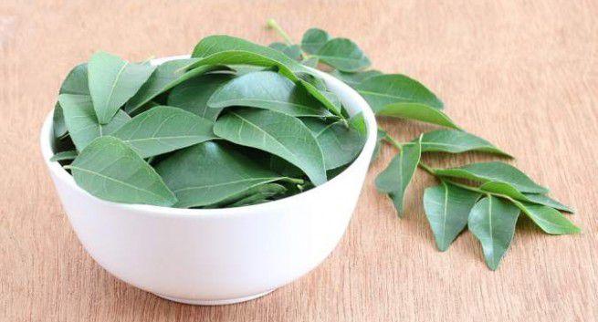 - curry leaves 655x353 - 7 दिन में करें सफ़ेद बालों को काला, साथ ही पाएं घने, रेशमी और चमकदार बाल